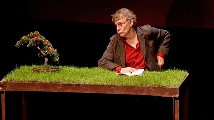 """Daniel Pennac sur la scène du Théâtre du Rond-Point en pleine lecture de son """"Journal d'un corps""""  (France 3 / Culturebox)"""