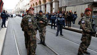 Des soldats patrouillent sur les lieux de l'agression, à Nice, le 3 février 2015. (VALERY HACHE / AFP)