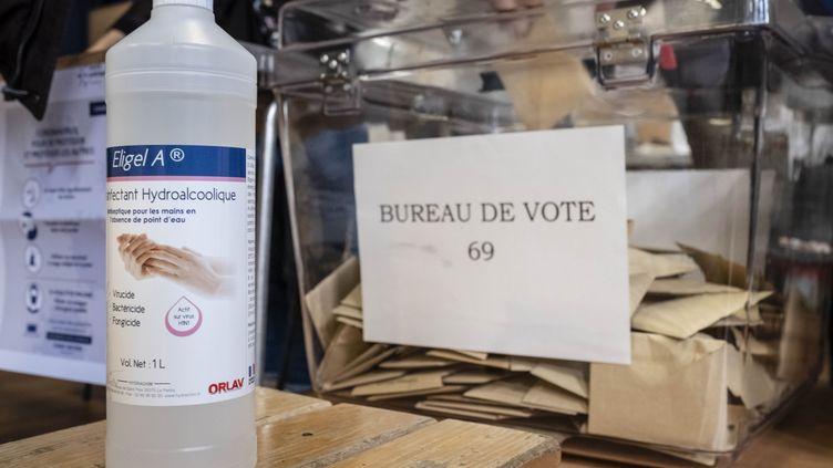 Un bureau de vote, le 15 mars 2020 à Paris, à l'occasion du premier tour desélections municipales. (AFP)