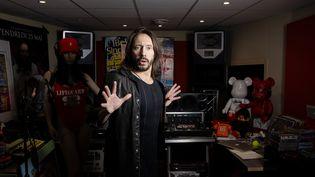 Le DJ Bob Sinclar dans son studio lors d'une session parisienne le 14 mai 2020 (JOEL SAGET / AFP)