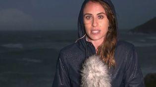 Dans le département de la Manche, en Normandie, le vent pourrait dépasser les 100 km/h dans les prochaines heures. Alexandra Lay, journaliste à France Télévisions, est en duplex depuis Barneville-Carteret (Manche). (CAPTURE ECRAN FRANCE 3)