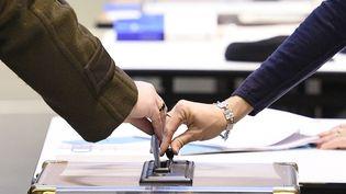Un électeur vote le 6 décembre 2015 lors du premier tour des élections régionales à Guidel (Morbihan). (DAMIEN MEYER / AFP)