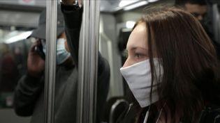 Ne plus parler ni téléphoner dans les transports en commun : tels sont les préconisations de l'académie de médecine pour lutter contre la propagation du virus (France 3)