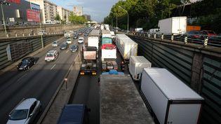 Les forains bloquent le périphériue parisien dans le cadre de la mobilisation contre la réforme du Code du travail, le 12 septembre 2017. (MAXPPP)
