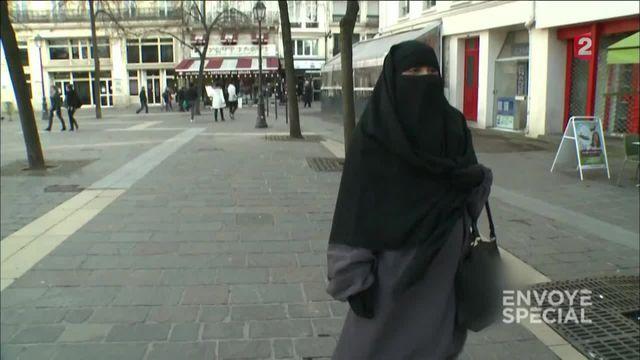 Envoyé spécial. Salafistes français: Voile intégral et vie quotidienne