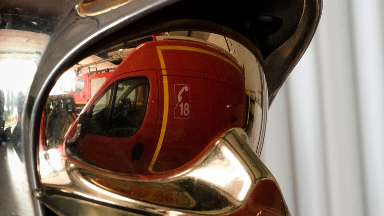 Photo d'illustration d'un casque de pompier (DENIS CHARLET / AFP)