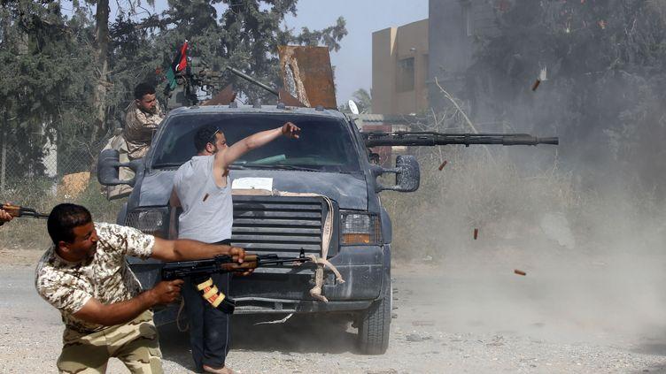 Des combattants libyens pro-GNA (Gouvernement d'union nationale soutenu par l'ONU) lancent une contre-attaque, le 20 avril 2019, contre les forces rebelles du maréchal Haftar au sud de la capitale Tripoli. (MAHMUD TURKIA / AFP)
