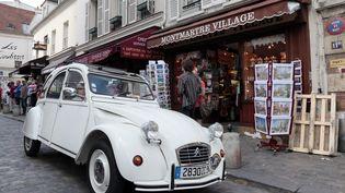 Une 2CV dans une rue du quartier de Montmartre, à Paris, le 29 juillet 2012. (JACQUES DEMARTHON / AFP)