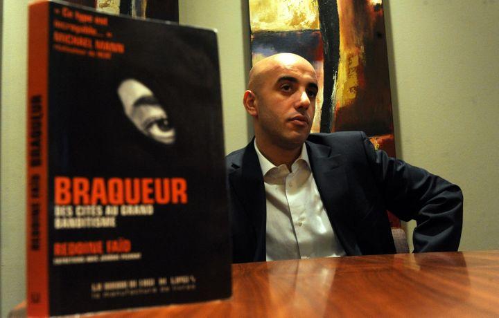 """Au premier plan le livre """"Braqueur : des cités au grand banditisme"""", écrit par Jérôme Pierrat et Redoine Faïd, pris en photo le 22 novembre 2010. (MAXPPP)"""