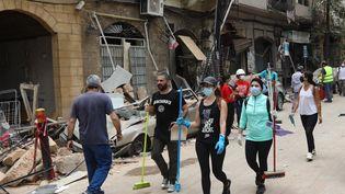 Des bénévoles oeuvrent à la reconstruction du quartier de Gemayzeh à Beyrouth, le 6 août 2020. (ANWAR AMRO / AFP)