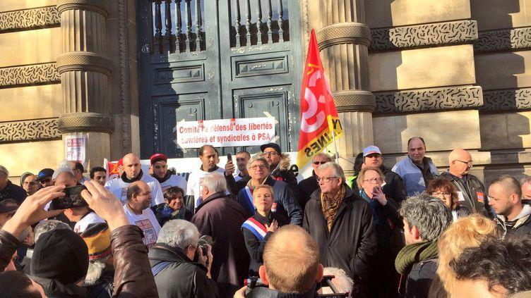 Environ 250 personnes étaient rassemblées devant le tribunal de grande instance de Versailles, jeudi 16 novembre, pour soutenir les neuf salariés de l'usine Peugeot de Poissy qui comparaissaient pour séquestration. (MATTHIEU MONDOLONI / RADIOFRANCE)