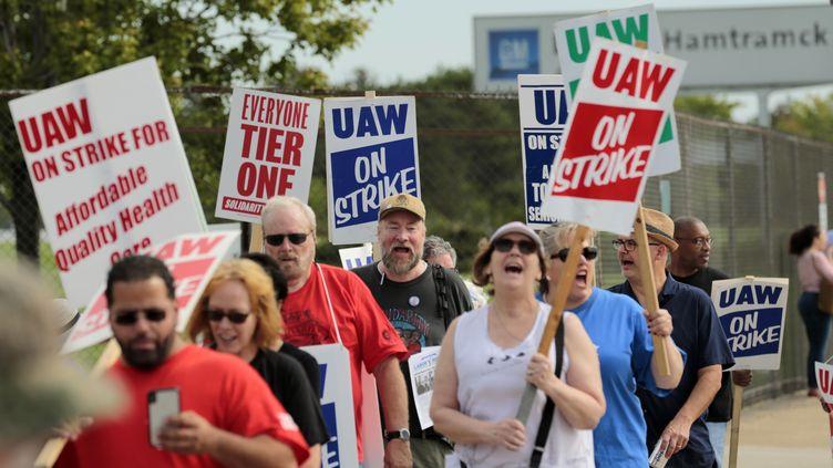General Motors fait face au plus grand conflit social de l'histoire de l'industrie automobile depuis un demi-siècle. Ici, des grévistes défilent devant General Motors à Detroit (Michigan), le 22 septembre 2019. (JEFF KOWALSKY / AFP)