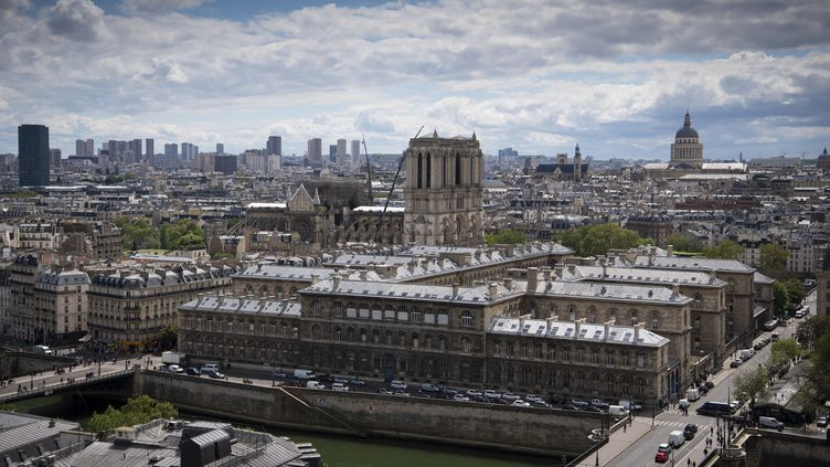 L'Hôtel-Dieu se situe juste à côt de Notre-Dame, sur l'île de la Cité. (ERIC FEFERBERG / AFP)
