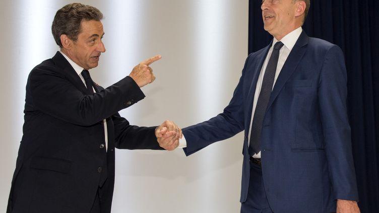 Nicolas Sarkozy (G.) et Alain Juppé (D.), lors du congrès fondateur des Républicains, à Paris, le 30 mai 2015. (PHILIPPE WOJAZER / REUTERS)