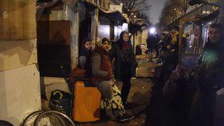 Des Roms attendent leur évacuation dans le camp du 18e arrondissement de Paris, le 3 février 2016. (DOMINIQUE FAGET / AFP)