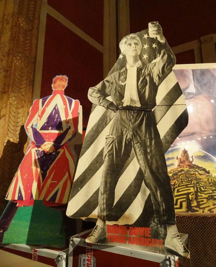 """Sur cetterare PLV (Publicité pour Lieu de Vente) à voir à l'exposition """"Bowie Odyssée"""", on peut voir la version initiale de la pochette de """"Young Americans"""", très vite censurée. (COLLECTION JEAN-CHARLES GAUTIER - PHOTO FRANCE INFO CULTURE)"""