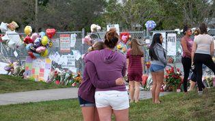 Mémorial du souvenir devant le lycée Marjory Stoneman Douglas où 17élèvesont été tués le 14 février 2018 à Parkland en Floride aux Etats-Unis. (MAXPPP)