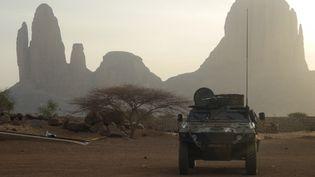 Un véhicule blindé français del'opération Barkhane passe par le Mont Hombori, une zoneau sud du Mali, en mars 2019. (DAPHNE BENOIT / AFP)