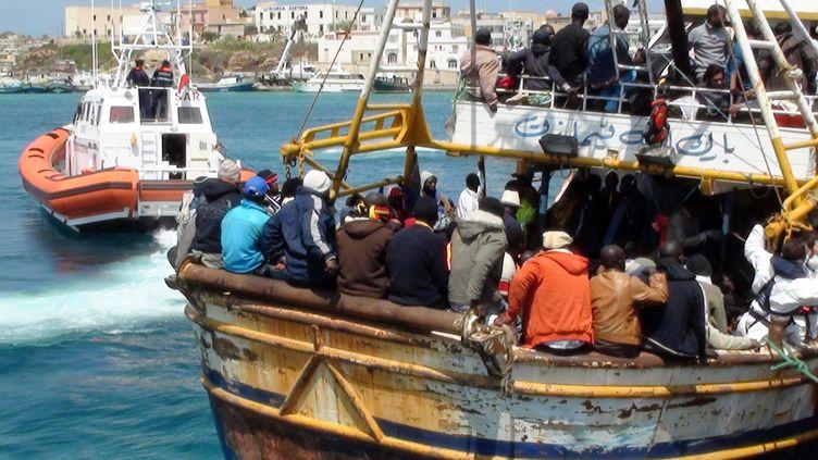 Un bateau de migrants libyens arrive sur l'île de Lampedusa, en Italie, le 19 avril 2011. (MAURO SEMINARA / AFP)