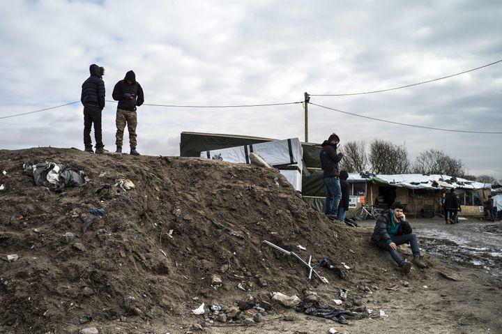 """Des migrants dans la """"jungle"""" de Calais, le 23 février 2016. (MAXPPP)"""