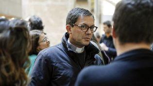 Emmanuel Gobilliard, évêque auxiliaire de Lyon et directeur de la communication du Diocèse, s'entretient avec des journalistes lors d'une suspension de séance au cours du dernier jour du procès de l'affaire Barbarin. (PHOTO MAXIME JEGAT / MAXPPP)