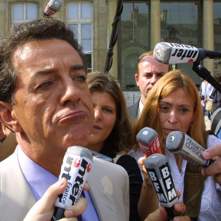 Yves Cochet, alors ministre de l'Environnement, répond aux questions des journalistes le 23 août 2001 dans la cour du palais de l'Elysée. (DANIEL JANIN / AFP)