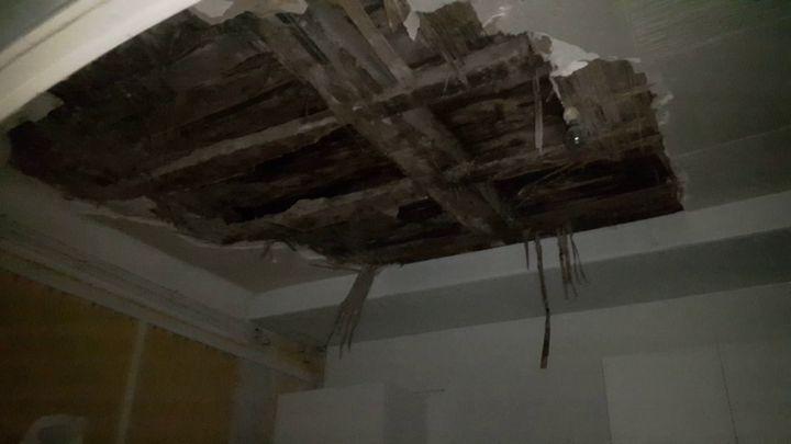 Le plafond de la cuisine d'Eliane, habitante de Marseille. (SÉBASTIEN BAER / RADIO FRANCE)