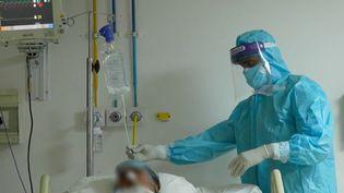 Dans les services de soins intensifs des hôpitaux de New Delhi, en Inde, les malades du Covid-19arriventde plus en plus nombreux. L'épidémie a de nouveau pris de l'ampleur, après une accalmie ces derniers mois. (FRANCE 2)