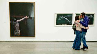 """Un couple s'embrasse lors d'une exposition au musée des """"Abattoirs"""" de Toulouse (2012)  (LANCELOT FREDERIC/SIPA)"""