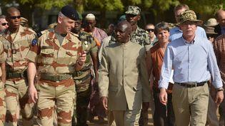 François Lecointre (à gauche), en compagnie des ministres de la Défense malien (centre) et allemand (droite), au Mali, le 18 mars 2013. (OLIVER LANG / MAXPPP)
