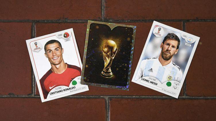 Des étiquettes Panini à l'effigie de Cristiano Ronaldo et Lionel Messi, dans le cadre de la Coupe du monde 2018 (MARCO BERTORELLO / AFP)