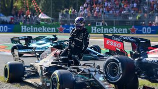 Lewis Hamilton sort de sa monoplace après un impressionnantaccrochage avec Max Verstappen. (ANDREJ ISAKOVIC / AFP)