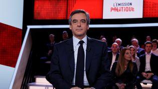 """François Fillon sur le plateau de """"l'Emission politique"""" de France 2, le 23 mars 2017 à Paris. (THOMAS SAMSON / AFP)"""
