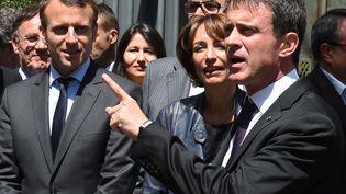 Emmanuel Macron (à gauche) et Manuel Valls (à droite), le 20 mai 2016 à Privas (Ardèche). (PHILIPPE DESMAZES / AFP)