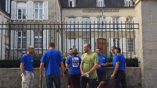 Des salariés de l'usine GM&S devant la préfecture de la Creuse, jeudi 24 août. (FRANCE BLEU CREUSE)