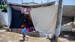 Les sinistrés s'entassent dans des camps de fortune, comme ici, dans la ville des Cayes, lundi 23 août. (RICHARD PIERRIN / AFP)