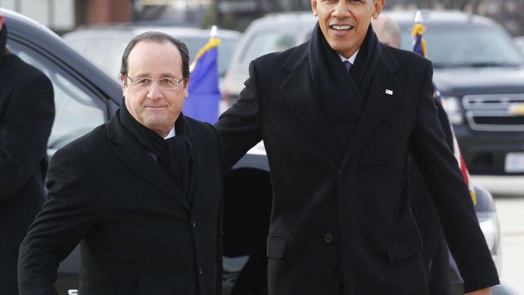 Barack Obama reçoit François Hollande lors de son arrivée aux Etats-Unis, à la base militaire aérienne d'Andrews, le 10 février 2014. (LARRY DOWNING / REUTERS)