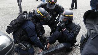 """Un policier blessé lors d'une manifestation des """"gilets jaunes"""" à Paris (France) le 9 février 2019 (ZAKARIA ABDELKAFI / AFP)"""