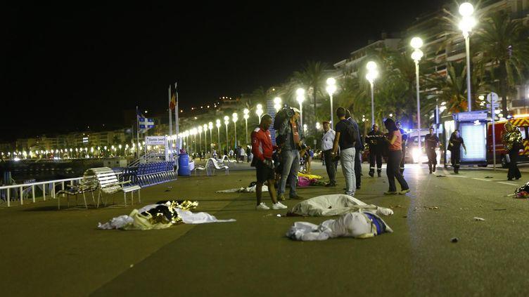 Des corps jonchent la promenade des Anglais, le 14 juillet 2016, à Nice (Alpes-Maritimes). (MAXPPP)