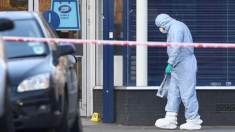 La police scientifique est sur les lieux de l'attaque au couteau perpétrée dans le quartier deStreatham, à Londre, dimanche 3 février 2019 (DANIEL LEAL-OLIVAS / AFP)