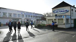 Des enquêteurs au siège du groupe Lactalis à Laval (Mayenne), le 17 janvier 2018. (JEAN-FRANCOIS MONIER / AFP)