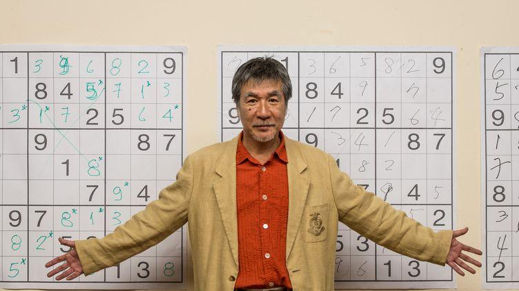 Maki Kaji pose devant des grilles de Sudoku, le 29 septembre 2012, à Sao Paulo (Brésil). (YASUYOSHI CHIBA / AFP)