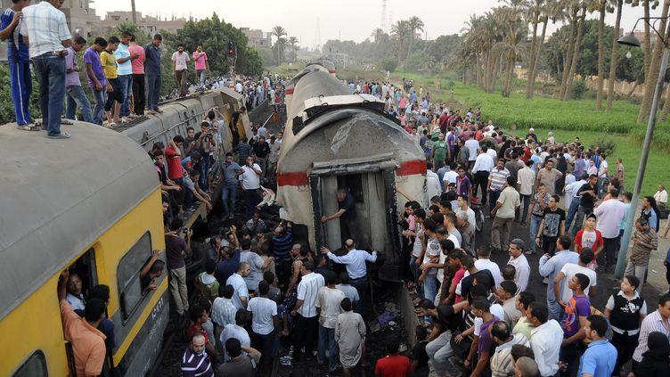 Les familles des victimes crient leur colère après une collision entre un car transportant de très jeunes enfants et un train faisant 49 morts, le 17 novembre 2012 en Egypte. (REUTERS )