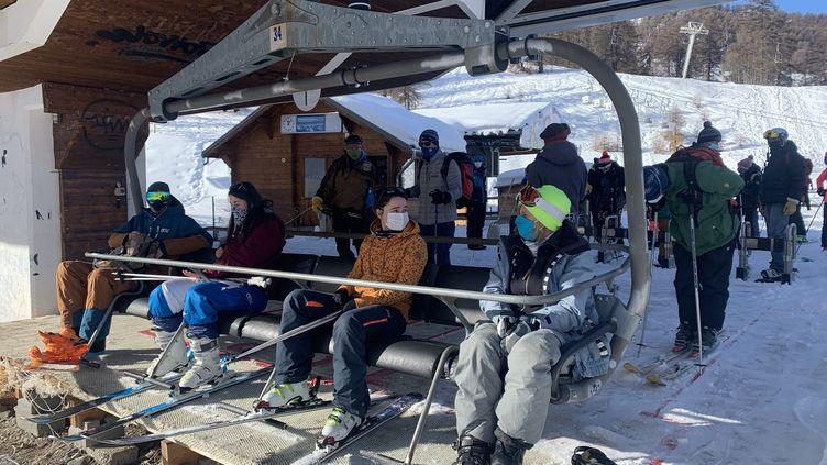 Distances de sécurité respectées sur le télésiège de la station de Risoul (Hautes-Alpes) mais la remontée mécanique ne démarrera pas, mardi 19 janvier 2021. (MATHILDE VINCENEUX / RADIO FRANCE)