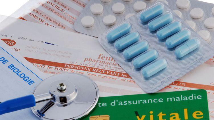 Illustration de médicaments et de la carte d'un assuré de la Sécurité sociale - 13 septembre 2012 à Paris (MIGUEL MEDINA / AFP)