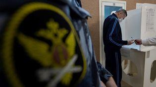 Un vote dans le premier jour des élections législatives de trois jours au centre de détention provisoire de Butyrka à Moscou (Russie), le 17 septembre 2021. (NATALIA KOLESNIKOVA / AFP)