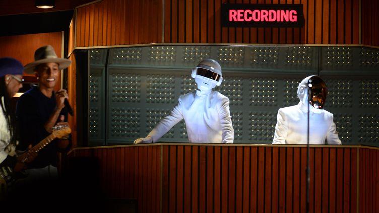 Les Daft Punk et Pharell Williams jouent sur scène lors de la 56e cérémonie des Grammy Awards, à Los Angeles (Californie), le 27 janvier 2014. (FREDERIC J. BROWN / AFP)