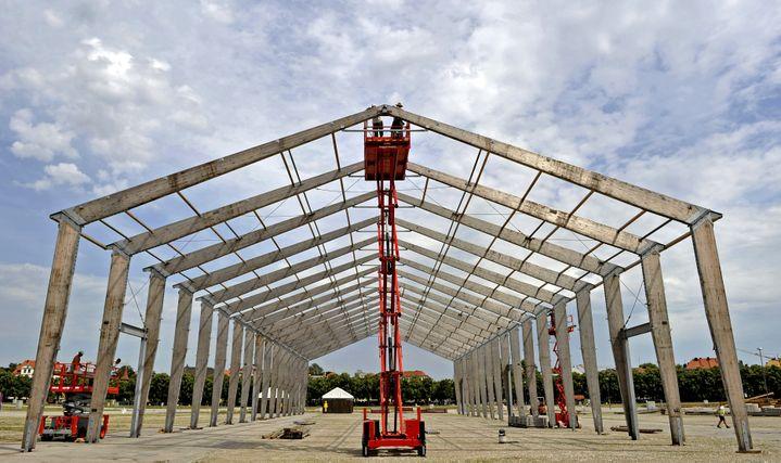 Lors de la construction d'une des grandes tentes de l'Oktoberfest,à Munich (Bavière, Allemagne), le 22 juillet 2009. (JOERG KOCH / DDP / AFP)