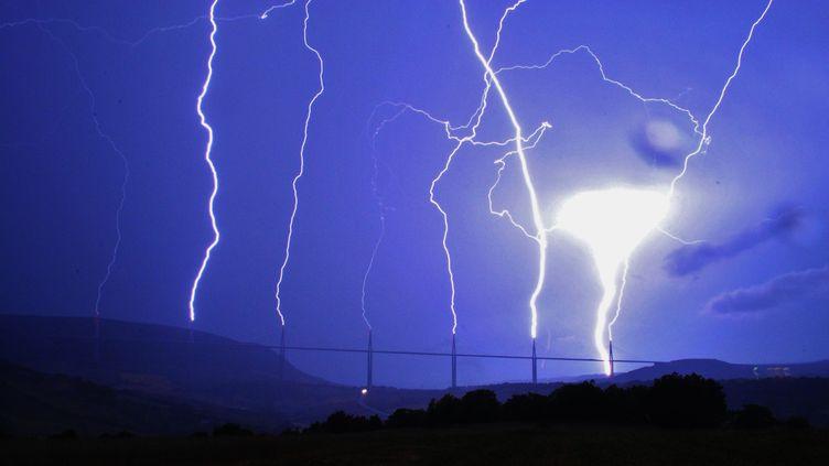 Le viaduc de Millau (Aveyron) sous l'orage, ses sept pylônes attrapant la foudre le 6 août 2013. (MAXPPP)