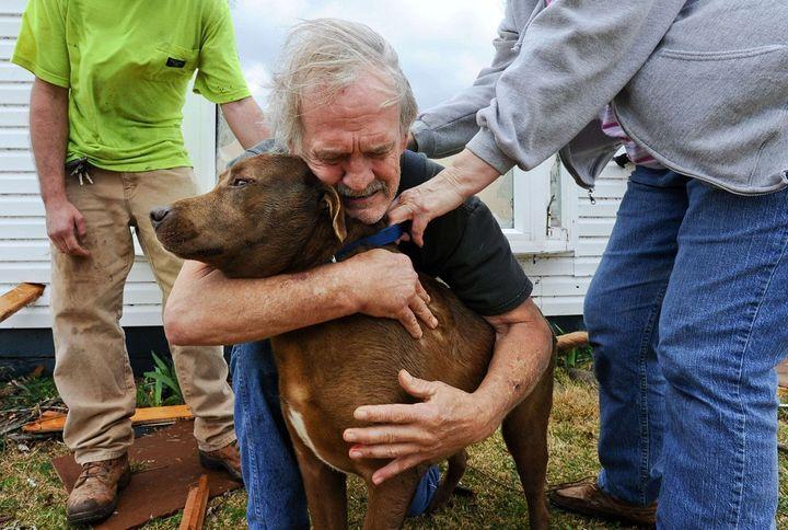 Greg Cook a retrouvé son chien Coco le 2 mars 2012 dans les décombres de sa maison, dévastée par une tornade, dans l'Alabama (Etats-Unis). (GARY COSBY JR / AP / SIPA)
